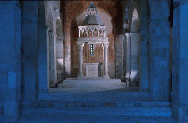 fotografare interno chiesa medievale