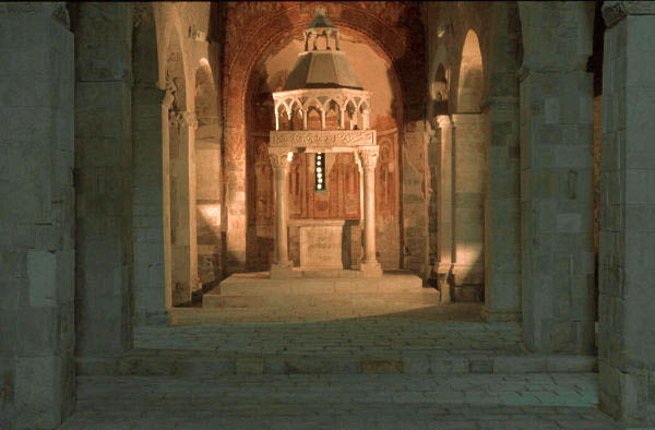 fotografia dell'interno di una chiesa medievale con luci artificiali e bilanciamento per luce solare