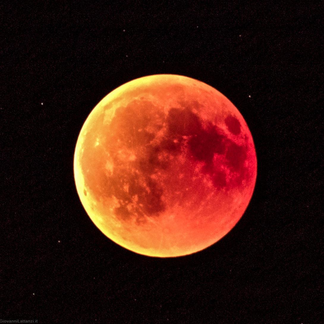 Come fotografare l'eclissi di luna: trucchi e consigli